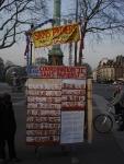 Le stand de vente ambulant en manifestation. Paris, mars 2010.